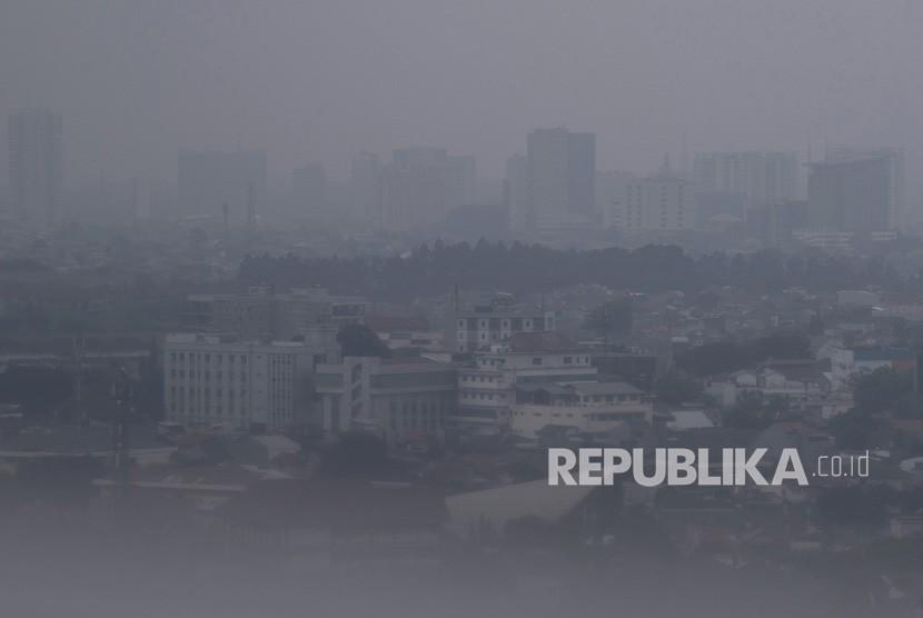 Suasana gedung bertingkat yang terlihat samar karena polusi udara di Jakarta, Kamis (5/9/2019).