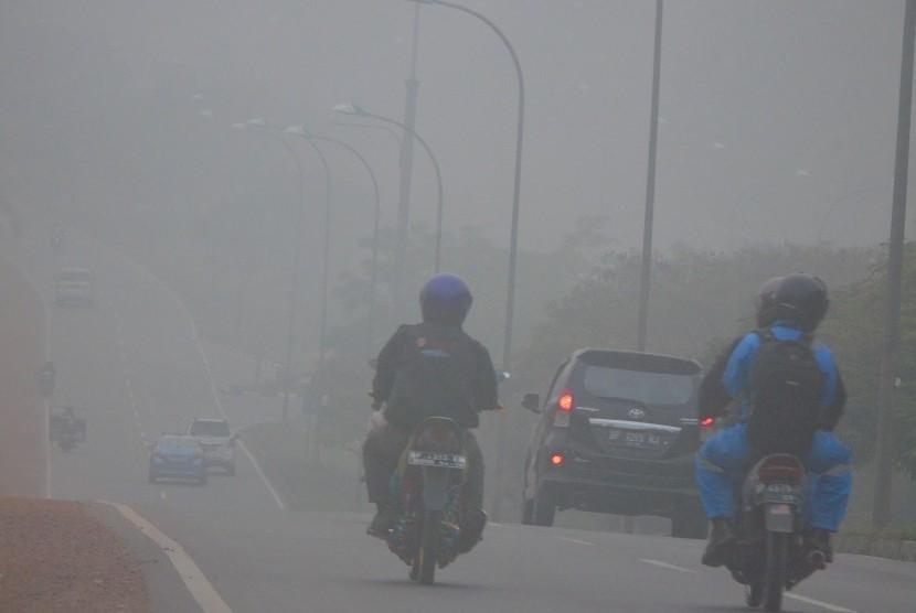 Suasana jalan raya dari Batam Centre ke Nongsa dengan kabut asap akibat kebakaran hutan yang pekat di Batam, Kepri, Selasa (6/10).  (Antara/Yuli Seperi)
