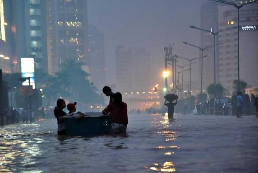 Suasana Jalan Sudirman yang tergenang banjir yang melumpuhkan lalu lintas kawasan tersebut, Jakarta Pusat, Kamis (17/1).