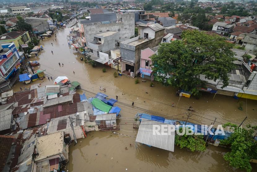 Suasana jalan utama yang terendam banjir di Dayeuhkolot, Kabupaten Bandung, Jawa Barat, Senin (14/1/2019).