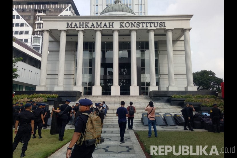 Suasana jelang sidang perdana sengketa Pilpres 2019 di depan gedung Mahkamah Konstitusi (MK), Jakarta, Jumat (14/6).