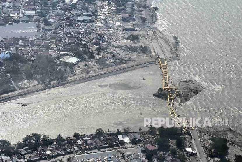 Suasana jembatan kuning yang ambruk akibat gempa dan tsunami di Palu, Sulawesi Tengah, Sabtu (29/9).