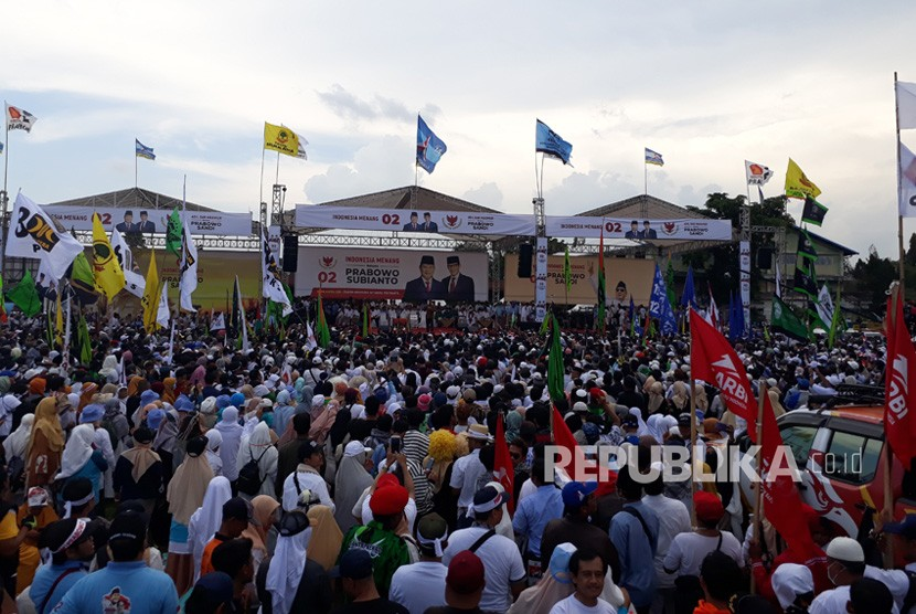 Suasana kampanye akbar pasangan calon presiden 02, Prabowo  Subianto dan Sandiaga Uno, di Stadion Kridosono, Senin (8/4).