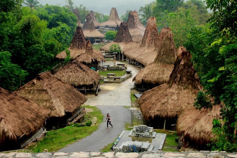 Suasana Kampung Adat Praijing di Sumba Barat, NTT. Kampung adat di Sumba Barat merupakan salah satu dari sekian banyak destinasi wisata budaya yang saat ini terus dikembangkan pemerintah daerah setempat guna meningkatkan kunjungan wisatawan ke daerah itu.