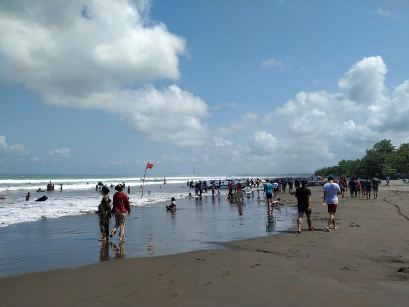Suasana kawasan Pantai Pangandaran, Kabupaten Pangandaran, Ahad (16/5). Kawasan itu tetap terlihat ramai meski akses masuk ke Pantai Pangandaran ditutup.