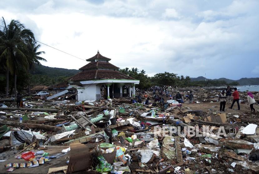 Suasana kawasan pemukiman penduduk di desa Way Muli, Kecamatan Rajabasa, Lampung Selatan yang hancur akibat Tsunami, Ahad (23/12/2018).