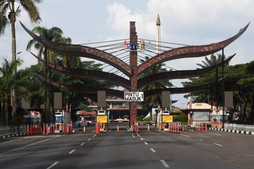 Suasana kawasan wisata Taman Mini Indonesia Indah (TMII) yang sepi pengunjung saat ditutup untuk publik di Jakarta, Kamis (24/6/2021). TMII menutup sementara layanan operasional untuk pengunjung sejak Rabu (23/6) siang, sejalan dengan keputusan Gubernur DKI Jakarta yang memperpanjang Pemberlakuan Pembatasan Kegiatan Masyarakat (PPKM) berbasis Mikro guna menekan penyebaran COVID-19.