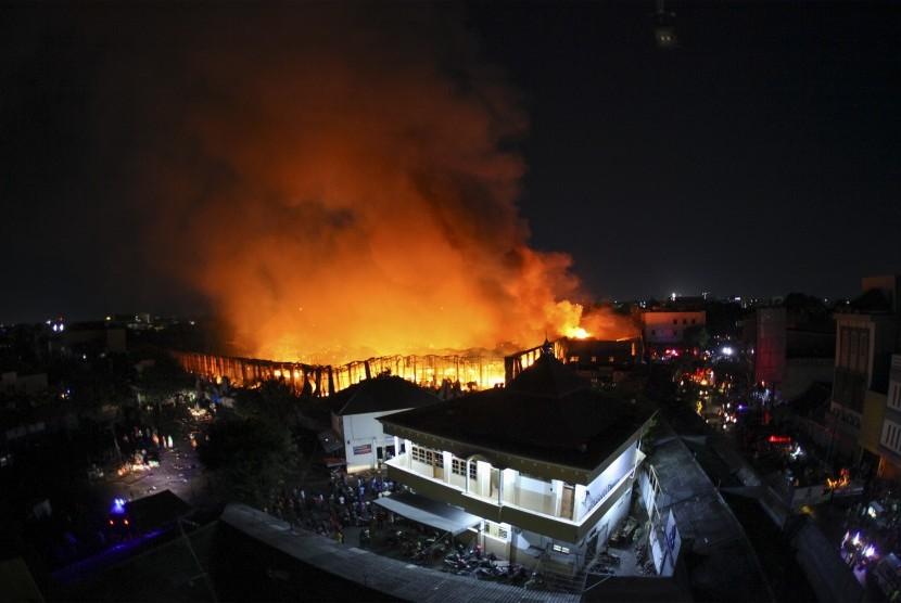 Suasana kebakaran di Pasar Legi, Solo, Jawa Tengah, Senin (29/10/2018). Penyebab kebakaran pasar induk di Solo tersebut belum diketahui.