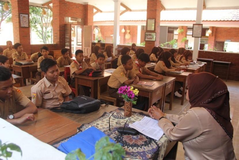 Suasana kegiatan belajar dan mengajar (KBM) di SMPN 10 Kahuripan Pajajaran Kabupaten Purwakarta, Jumat (14/6).