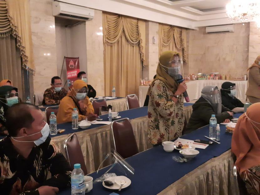 Suasana kegiatan Pelatihan Sistem Jaminan Halal dan Fasilitasi Pengurusan Sertifikasi Halal bagi UMKM d Solo Raya.