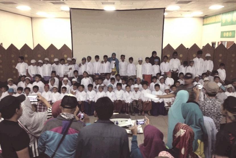 Suasana khitanan masal yang diadakan oleh JIC Jakarta, Sabtu (16/12).