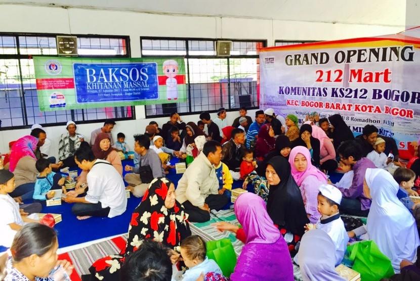 Suasana khitanan masal yang diadakan oleh Majelis Taklim Al-Ikhlas Bosowa Bina Insani Bogor dan 212 Mart Semplak Bogor, Ahad (27/8).