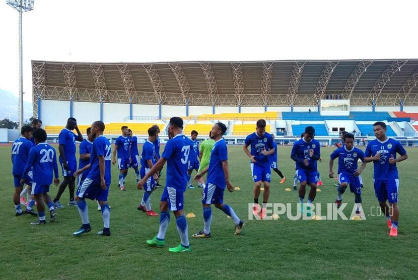 Suasana latihan Persib Bandung di SPOrT Jabar, Bandung, Senin (14/5).