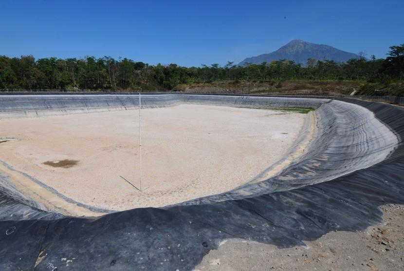 Suasana lokasi kekeringan Embung Musuk II dengan berlatar belakang gunung Merapi di Musuk, Boyolali, Jawa Tengah, Jumat (27/7).