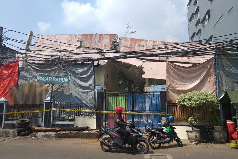 Suasana lokasi usai insiden reruntuhan bangunan menimpa warung makan ketika pembongkaran gedung SDN 11 Pasar Baru, Jakarta Pusat, Senin (20/5).