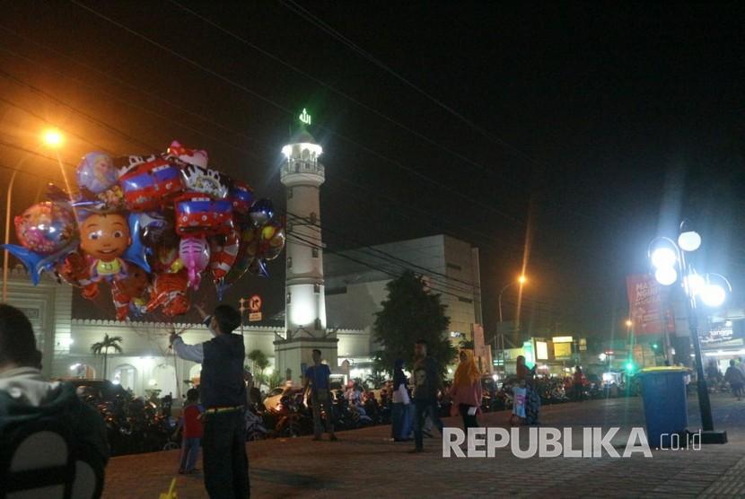 Suasana Malam Takbiran di Alun-alun Kota Pekalongan.