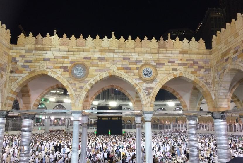 Suasana Masjidil Haram selepas isya.