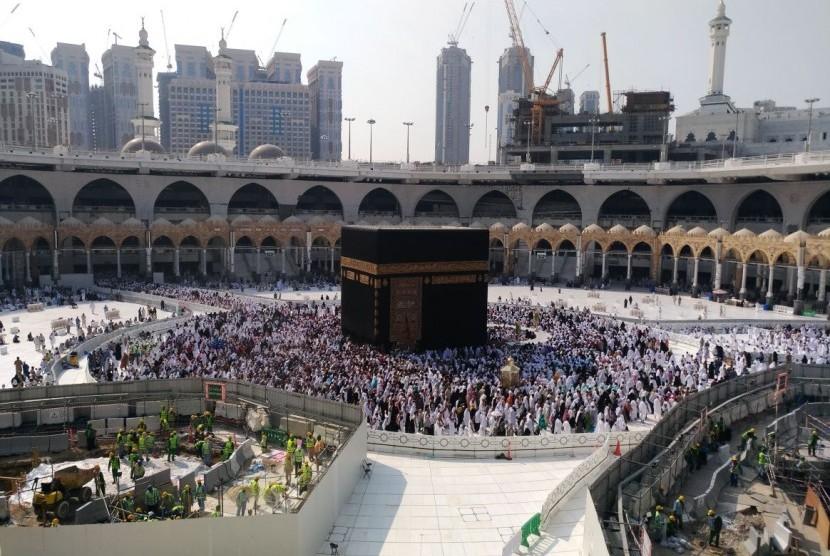 Suasana mataf saat ini ketika ada renoasi saluran air sumur Zamzam, di Masjidil Haram, Makkah, (17/11).
