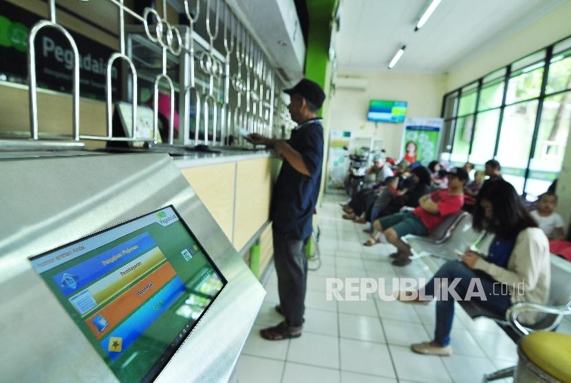 Suasana di Kantor Pegadaian, Jl sederhana, Kota Bandung, Selasa (28/6). (Foto: Mahmud Muhyidin)