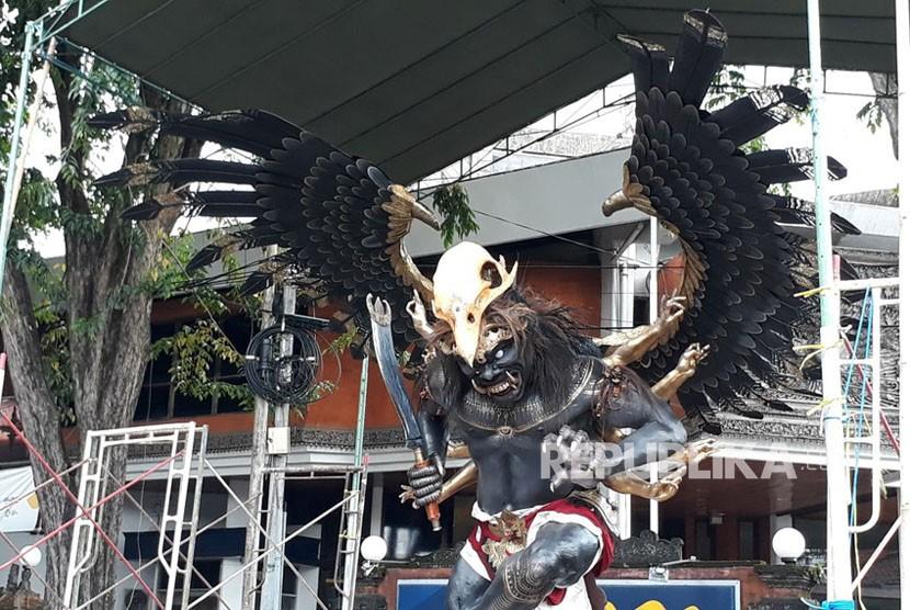 Suasana menjelang pawai ogoh-ogoh menyambut Nyepi di Bali. Ini adalah hari terakhir masyarakat Bali beraktivitas di siang hari sebelum melakukan Catur Brata Penyepian.