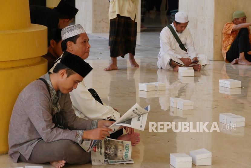 Suasana menunggu waktu buka puasa di Masjid Hubbul Wathan di Kompleks Islamic Center Nusa Tenggara Barat (NTB), Kota Mataram, Sabtu (19/5). Setiap hari tersedia ratusan takjil dan paket makanan di Masjid Hubbul Wathan.