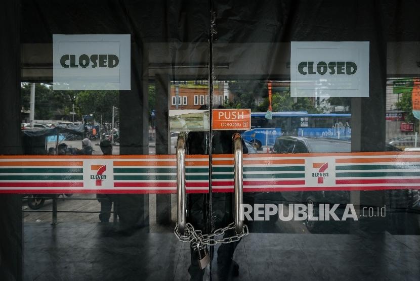 Suasana minimarket Seven Eleven yang telah disegel di Jalan Warung Buncit, Jakarta Selatan, Jumat (23/12).