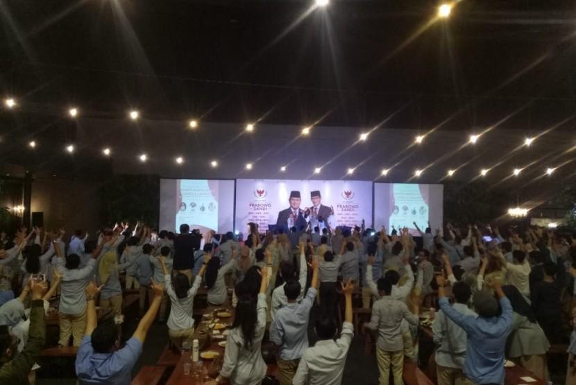Suasana nobar debat capres cawapres, Gerakan Milenial Indonesia (GMI) se-Jabodetabek dan Banten di Hallf Patiunus, Kebayoran Baru, Jakarta Selatan, Kamis (17/1).