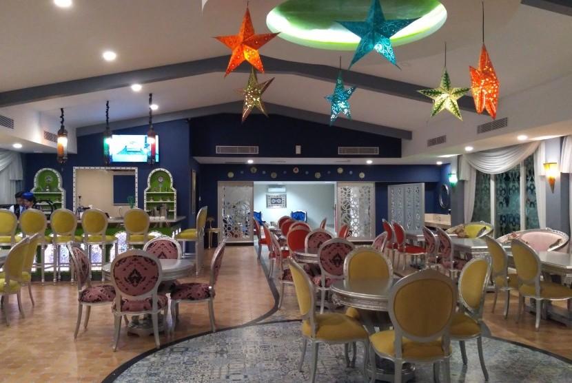 Suasana Ottoman Sky Lounge di Hotel Grand Keisha by Horison Yogyakarta di malam hari.