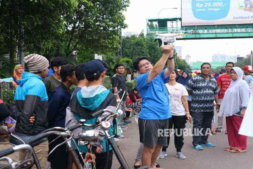 Suasana pagi di kawasan Car Free Day (CFD) Jalan Ahmad Yani Kota Bekasi ramai pengunjung warga Kota Bekasi, Ahad (28/1).