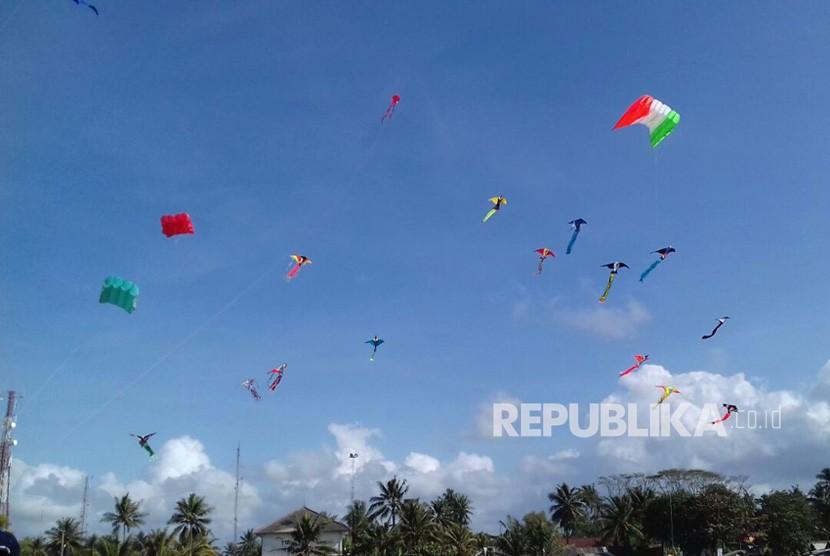 Suasana Pangandaran International Kite Festival (PIKF) 2018 di Lapang Katapang Doyong, Kabupaten Pangandaran. Kegiatan yang diselenggarakan pada Sabtu hingga Ahad, (15/7) itu diharapkan meningkatkan wisatawan.