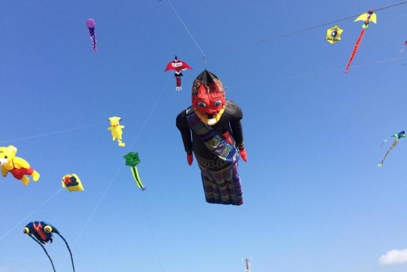 Suasana Pangandaran International Kite Festival (PIKF) di Lapang Katapang Doyong, Kabupaten Pangandaran, Jawa Barat, Sabtu (13/7).