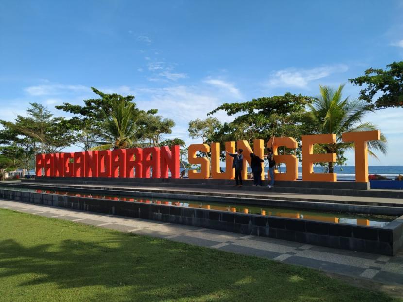 Suasana Pantai Barat Pangandaran, Jawa Barat (ilustrasi). Penerapan PPKM Level 3 membuat destinasi wisata di Kabupaten Pangandaran masih ditutup.