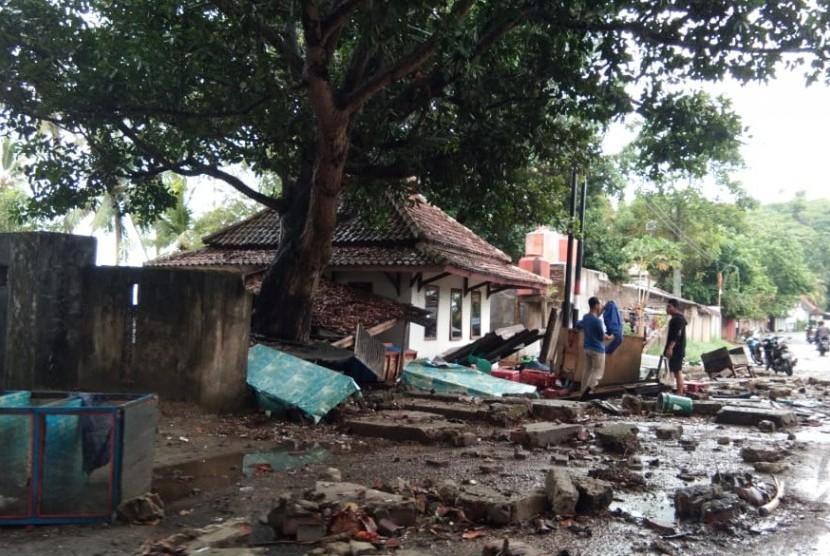 Suasana Pantai Karang Bolong, Anyer, Banten, Ahad (23/12).