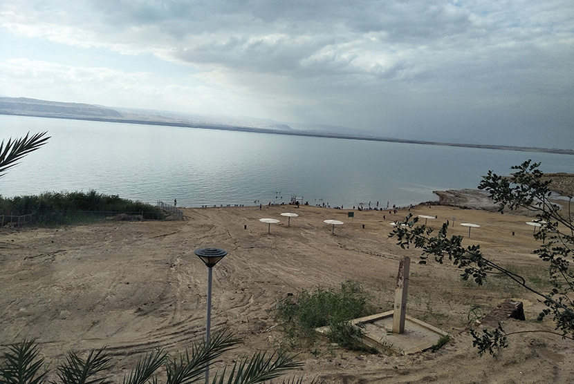 Suasana pantai Laut Mati, Yordania, Selasa (26/3).