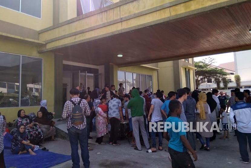 Suasana  para pengungsi para pencari suaka di depan gedung eks Kodim Kalideres, Selasa (16/7/2019).