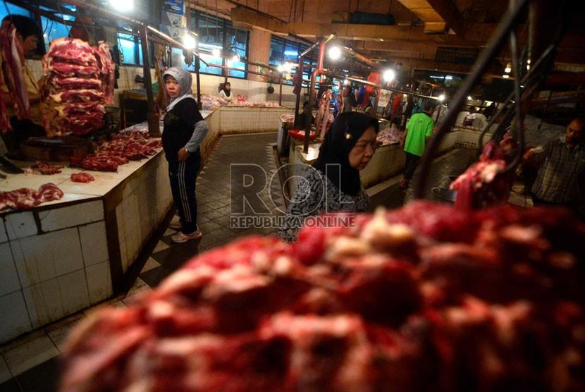 Suasana para penjual daging sapi di Pasar Tebet, Jakarta Selatan, Senin (4/2).   (Republika/Wihdan Hidayat)