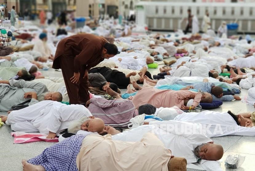 Suasana pelataran Masjid Nabawi Madinah yang dipenuhi jamaah i'tikaf yang tidur lelap  usai melaksanakan ibadah qiyamul lail di 10 hari terakhir Ramadhan.