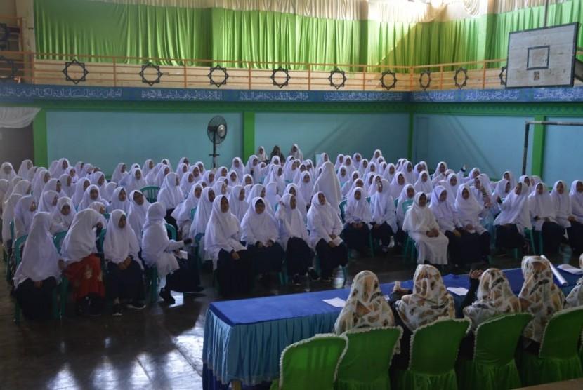 Suasana pelatihan bahasa Arab yang diadakan oleh Perguruan Islam Ar-Risalah, Padang.