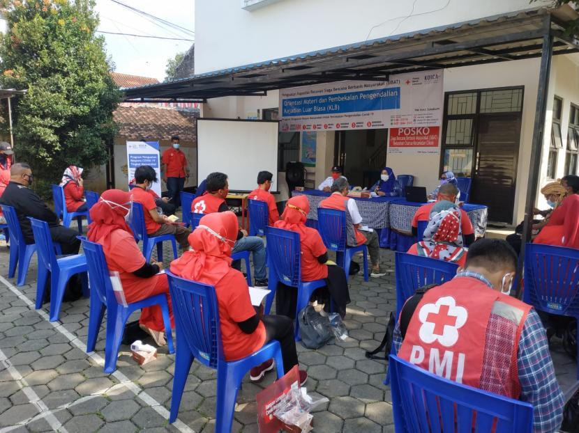 Suasana pelatihan Pengendalian Kejadian Luar Biasa (KLB) untuk para relawan Siaga Bencana Berbasis Masyarakat (SIBAT) PMI Kota Sukabumi dalam tangank Covid-19, Kamis (19/8).
