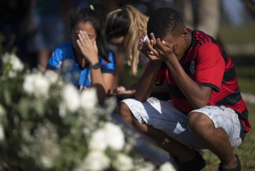 Suasana pemakaman korban kebakaran asrama klub Flamengo. Kebakaran terjadi pada Sabtu (9/2) dan menewaskan 10 orang remaja.