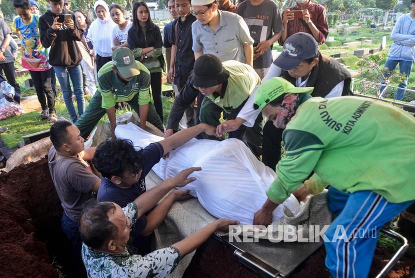 Suasana pemakaman salah satu korban bentrokan massa dengan polisi yang dimakamkan di TPU Karet Bivak,Jakarta, Rabu (22/5).