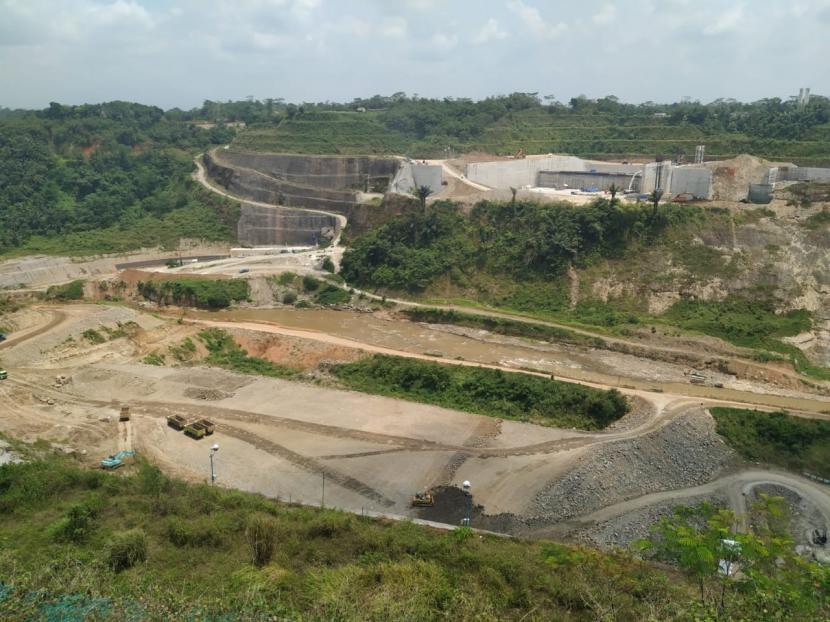 Suasana pembangunan Bendungan Leuwikeris di antara Kabupaten Tasikmalaya dan Kabupaten Ciamis, Rabu (13/10).