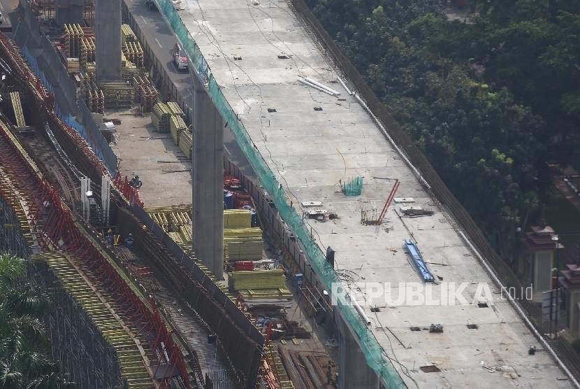 Suasana pembangunan jalan layang transjakarta koridor XIII Tendean-Ciledug di Jakarta, Senin (21/6). (Republika/Raisan Al Farisi)