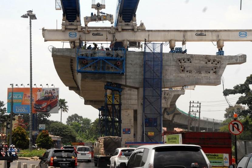 Suasana pembangunan proyek Tol Bogor Outer Ring Road (BORR) seksi IIB di Jalan Soleh Iskandar, Kota Bogor, Jawa Barat, Rabu (18/10).
