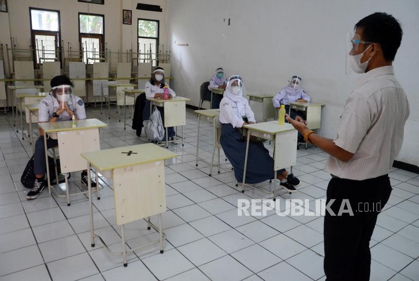 Suasana Pembelajaran Tatap Muka Terbatas (PTMT) di SMAN 8 Jalan Solontongan, Kota Bandung, Selasa (15/6).