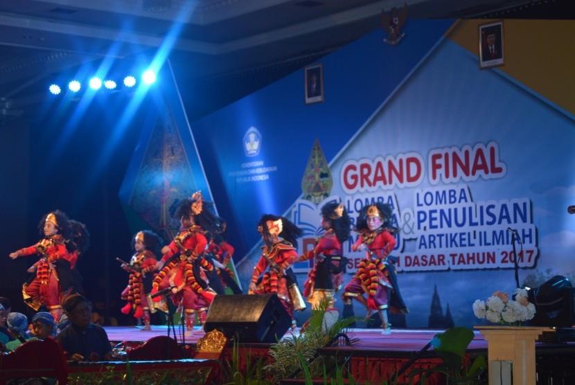 Suasana pembukaan Grand Final Lomba Budaya Mutu Sekolah Dasar 2017 dan Lomba Penulisan Artikel Ilmiah, di Jogjakarta, Rabu (8/11).