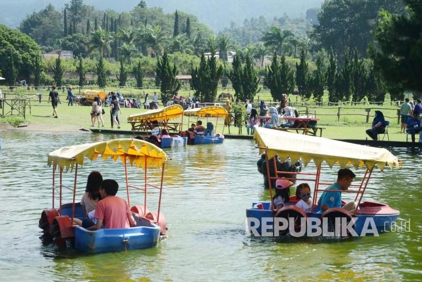 Suasana pengunjung di De Ranch Lembang, Kabupaten Bandung Barat, Jumat (8/7). Saat liburan Idul Fitri, tempat-tempat wisata di kawasan Lembang ramai pengunjung. (Republika/Edi Yusuf)