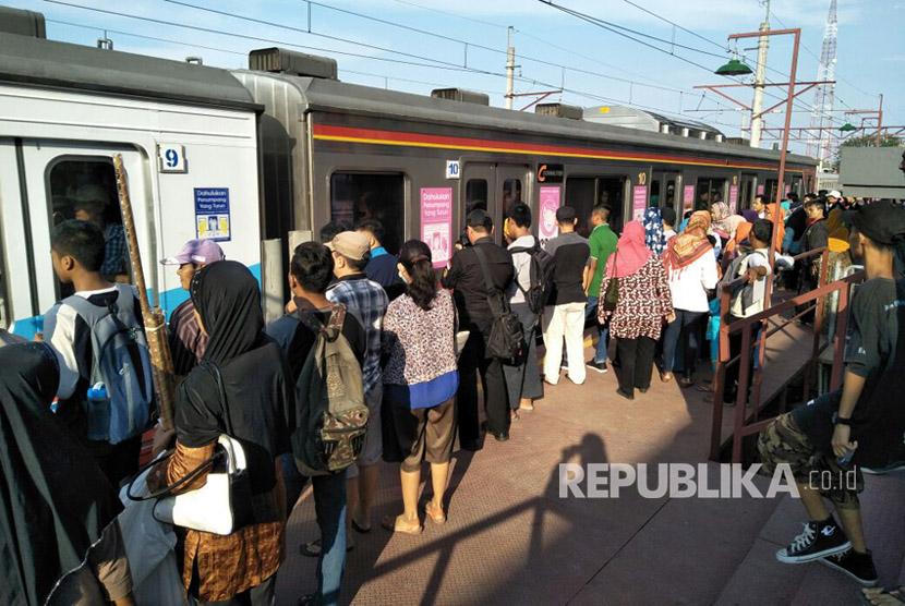 Suasana penumpang KRL Commuter Line Jakarta Kota - Cikarang pada Ahad (8/10). ini pengoperasian perdana KRL dengan tujuan Cikarang-Jakarta.