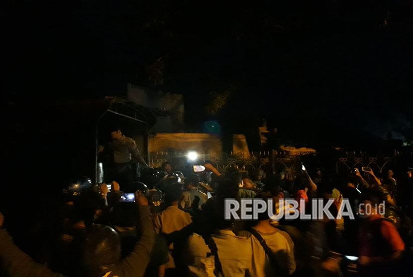 Suasana penyisiran yang dilakukan Polisi di UIN Sunan Kalijaga, Selasa (1/5) malam.  Puluhan pendemo baik perempuan dan laki-laki diamankan dari dalam kampus.