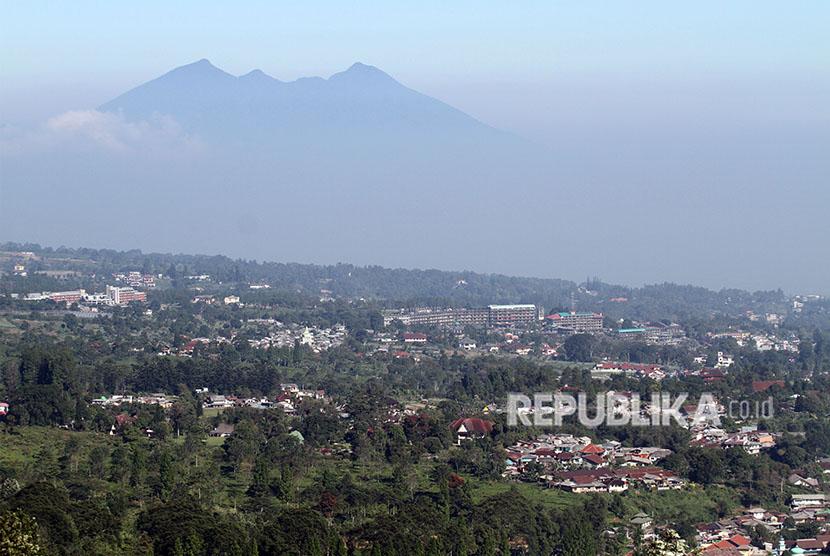 Ilustrasi suasana permukiman serta bangunan vila dan hotel di Puncak, Kabupaten Bogor, Jawa Barat.